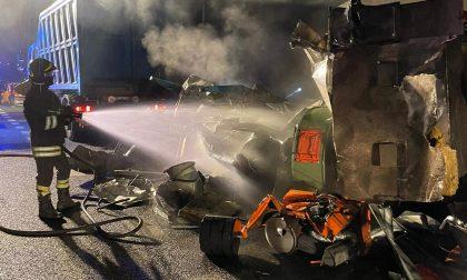 Rottami a fuoco: intervengono i pompieri – LE FOTO