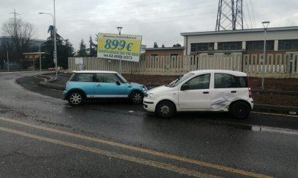 Scontro tra due automobili in rotonda