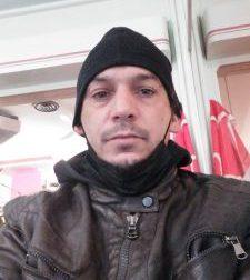 Ivano, 45 anni: «Vivo  da solo in un garage. Chiedo di trovare una casa e un lavoro»