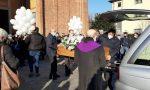 Palloncini bianchi e applausi per l'ultimo saluto a Simone, il ragazzo trovato morto in una ditta