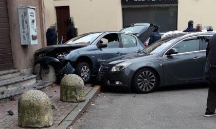 Inseguito dalla Polizia va contromano e finisce contro un muro