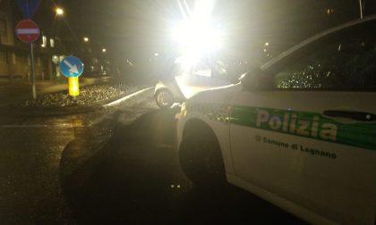 Auto finisce contro un palo della luce