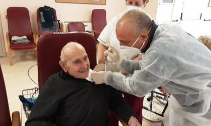 Dopo aver preso il Covid si vaccina a 102 anni