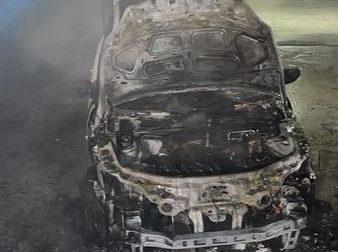 Macchina in fiamme in un garage