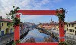 Balconi e case legate da fili rossi per San Valentino