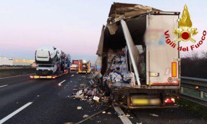 Le foto dello scontro tra camion in A1: uno distrutto, l'altro finisce fuori strada