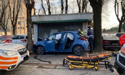 Auto finisce fuori strada  tra due alberi: due feriti