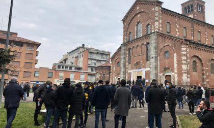 Chiesa e piazzale gremiti per l'ultimo saluto a Klaudio, morto folgorato nella vasca a 32 anni