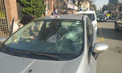 Donna investita finisce sul parabrezza dell'auto che l'ha travolta