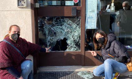 Spaccano la vetrina di un negozio e rubano soldi e merce
