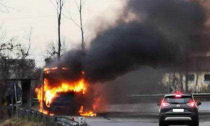 Il video del pullman divorato dalle fiamme nell'Abbiatense