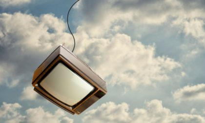 """Gli """"piove"""" addosso un televisore: grave un 43enne"""