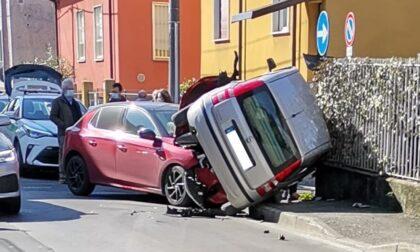 Rocambolesco incidente tra due automobili
