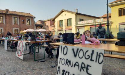 Lezioni in piazza e striscioni per chiedere la didattica in presenza