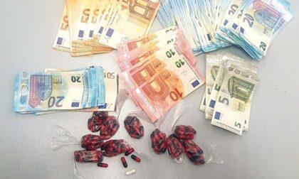 Cocaina, soldi e migliaia di capsule per confezionare le dosi