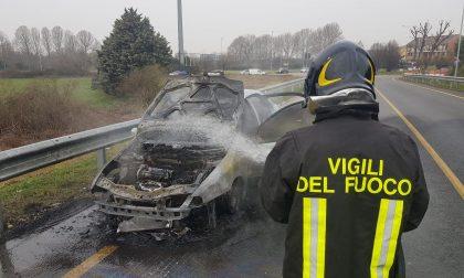 Auto a fuoco: conducente salvo per un soffio