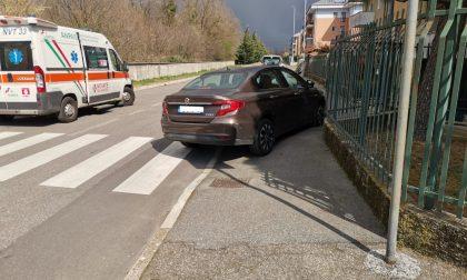 Anziano ha un malore alla guida e finisce sul marciapiede: è grave