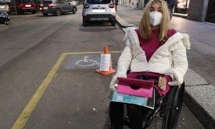"""Tagliano le ruote dell'auto a una disabile: """"Ora bucatemi quelle della mia carrozzina"""""""