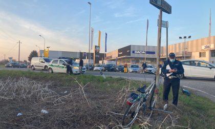 Ciclista investito in corso Italia, elitrasportato a Rozzano