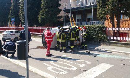 Auto ribaltata, ambulanza e pompieri sul posto