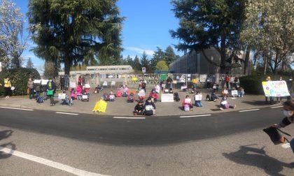 Bimbi e genitori protestano fuori da scuola