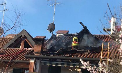 Villetta a fuoco: 5 mezzi dei pompieri sul posto