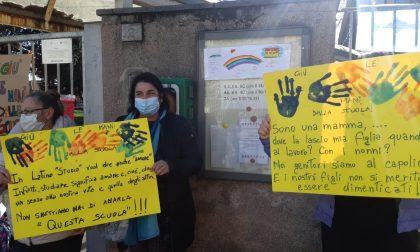 """""""Giù le mani dalla scuola"""": la protesta di genitori e bimbi"""