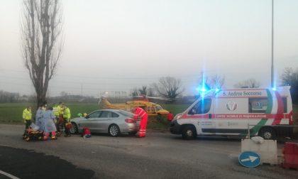 Grave scontro tra scooter e auto: elisoccorso sul posto