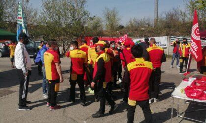 Lavoratori in sciopero bloccano la strada