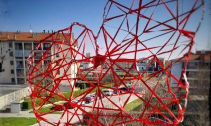I fili rossi di Pro loco diventano una scultura a forma di cuore