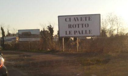 """""""Ci avete rotto le palle"""": il cartello eloquente all'imbocco dell'autostrada"""