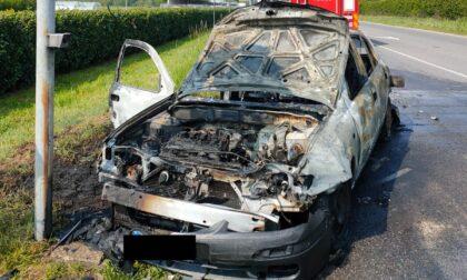 Le FOTO dell'auto in fiamme a Sedriano