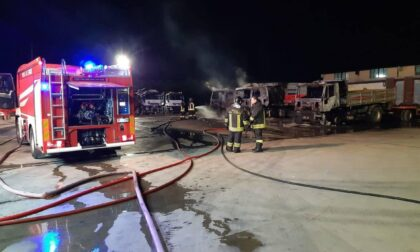 Incendio in una ditta: tre camion a fuoco