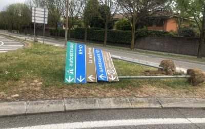 """""""Vandali di cartelli stradali"""" in azione per le vie di Arese"""