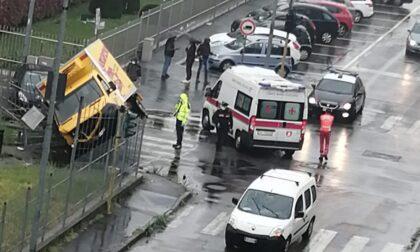 Camion dell'Esselunga si scontra con un'auto e finisce in obliquo contro la cancellata del parco