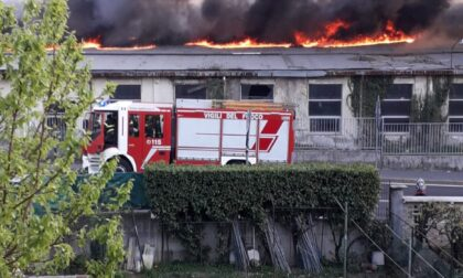 Grave incendio in un'area industriale a Bollate