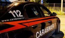 Ubriaco lancia oggetti dal balcone contro le auto, poi aggredisce i carabinieri