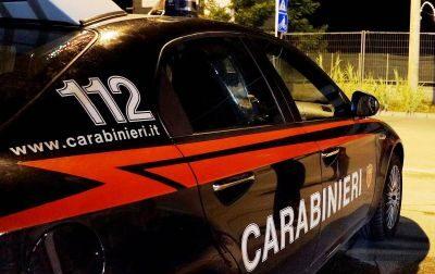 Taglia i tubi dei freni alle auto dei vicini di casa e poi aggredisce i carabinieri
