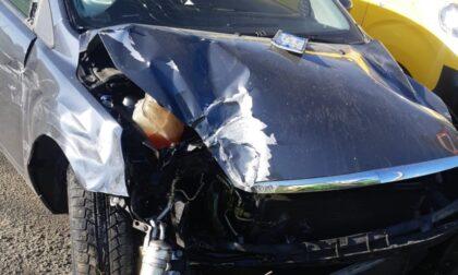 Incidente tra due auto, poi una vettura finisce contro un lampione