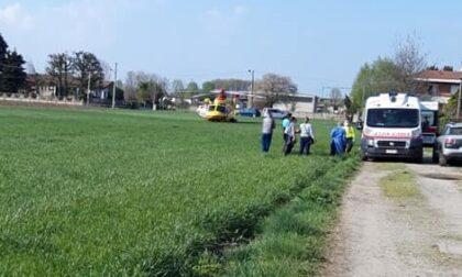 Cade dal tetto di un capannone, 14enne soccorso con l'elicottero