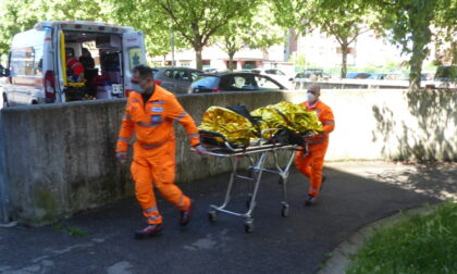 Ciclista investe una donna: entrambi finiscono in ospedale