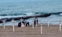 Sesso irrefrenabile: atti osceni dalle spiagge alle aiuole (ma le multe…)