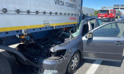 Incidente in autostrada: auto finisce incastrata sotto un camion