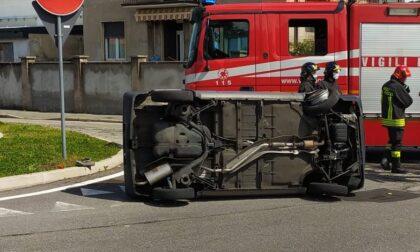 Auto si ribalta sulla Saronnese, arrivano soccorsi e pompieri