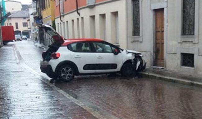 nerviano incidente portapizze via rondanini auto contro muro