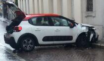 Portapizze sbanda e finisce contro il muro con l'auto