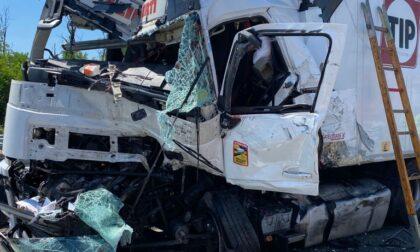 Le FOTO dell'incidente in autostrada: coinvolti tre Tir, grave una persona