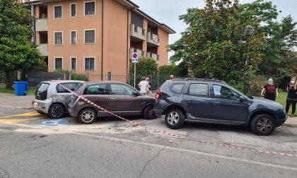 Rocambolesco incidente: furgone danneggia 5 macchine parcheggiate