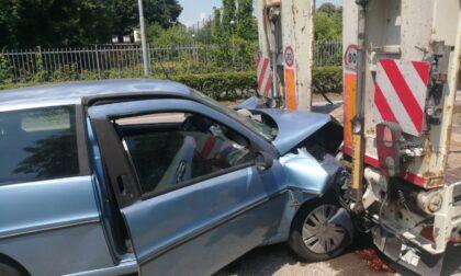 Impatto violentissimo: 18enne finisce con l'auto contro un camion parcheggiato