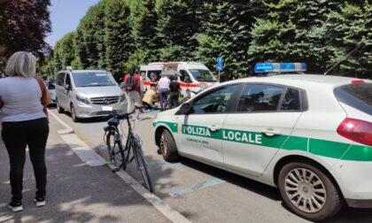Apre la portiera e abbatte un ciclista